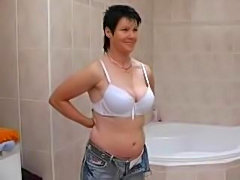 Mature babe toying in bathtub