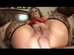 Busty cougar Anjelica Fox assbanged by two free