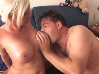 зрелая пригласила в гости парней би порно фото