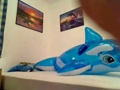 Typ fickt Bade Delfin - Guy fucks rubber dolphin