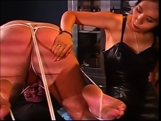Brunette dominatrix has a thing for ropes with guy