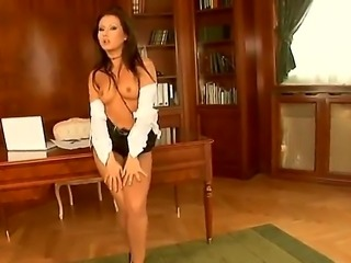 enjoy glamourous and mind-blowing brunette bombshell Sandra getting herself off