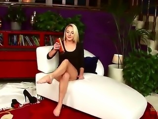 Innocent blonde gumdrop Ashley Stone shows off her cute fuckable body in a nice amateur clip. She spreads her long legs and opens wide her enchanted pussy.