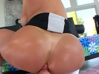 Rich bitch Tiffany Mynx is so full of herself, that she sucks large beef with...