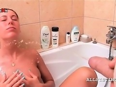 Ponytailed bitch gets face piss shooted in bathtub