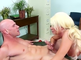 Horny guy Johnny Sins enjoys the mouth and pussy of hot blonde Summer Brielle