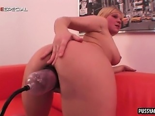 Foxy blodne babe getting her tight pussy pumped up