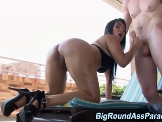 Ass shaking hoe sucks and tugs dick outdoors in hi def