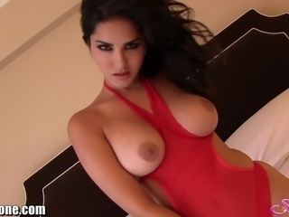 New Video from Sunny Leone! She shows us her pussy while masturbating all alone in her hotel room