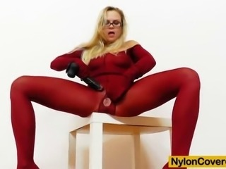 This video shows you how this cute brunette babe in her glasses dildoes her tight pink fuck hole while her body is fully covered plus blooming panty-hose clothes
