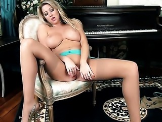 Lexi Lowe opens her legs to fuck herself, take sex toy in her dripping wet wet spot