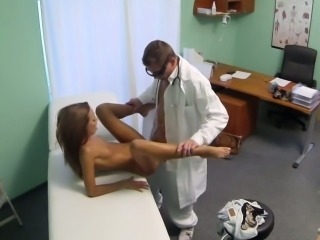 Doctor gives fuck and creampie to sexy patient