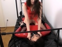 Latex mistress loves to asphyxiate slave