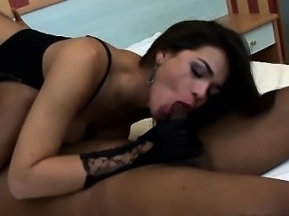 Brunnete shemale knows how to suck cock