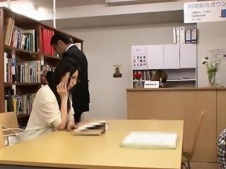 yaponku-trahayut-v-biblioteke