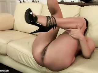 Brunette Catwoman takes mans pole in her love hole