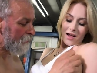 Young bombshell gets her pusys licked by an old cat