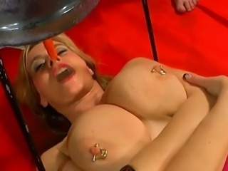 Mature pussy pissed into