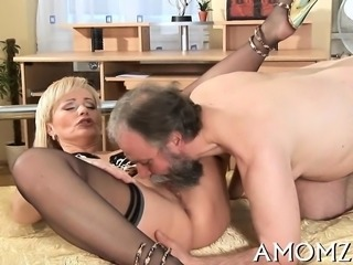 Barefaced mom gives her horny cunt for some hardcore