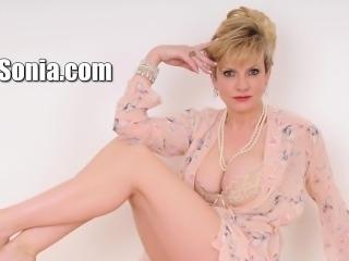 Unfaithful uk mature lady sonia reveals her big naturals