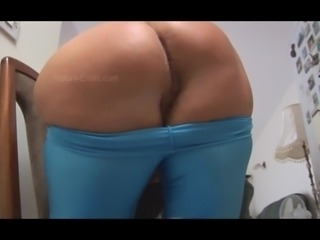 Mature English granny showing off nice womanly ass