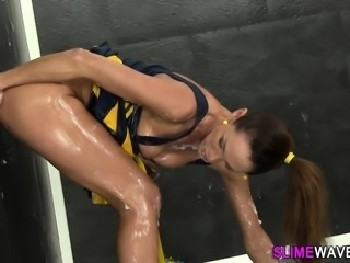 Cheerleader gets bukkaked