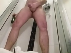 MAN GAPING HIS LOOOSE ASSHOLE WITH A VEGETABLE AND FINGERS WITH LOTS OF PEE