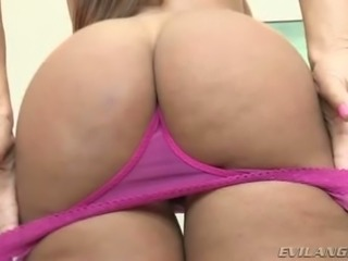 Mesmerizing epic cougar Lisa Ann shows off her enormous ass