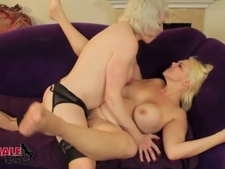 Blonde tranny milf fucks a curvy girl in her wet cunt