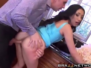 Vicki loves to throw dinner parties,especially for her husband's friends...