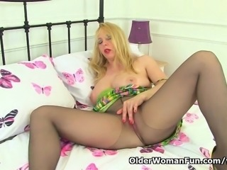 UK milf Lucy Gresty works her mature pussy