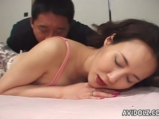 Japanese slapper mom Arisa Matsumoto serves her cunt for an active fingerpainting