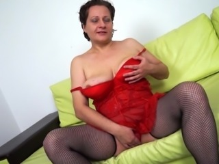 Curvaceous housewife masturbates her beaver like in the old days