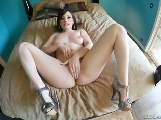 Super sexy and full of sins brunette brags of her stunning curvy body