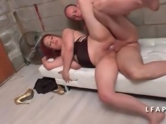 Jeune libertine aux gros seins se fait defoncer le cul