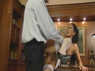 secretaire salope brune enculer sur le bureau