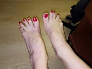 Milena moves her sexy (size 37) feet
