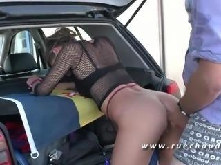 Jeune et Jolie brunette sodomisee au car wash en pleine rue