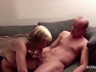 Vater der Freundin ueberredet sie zum Fick als sie nicht da