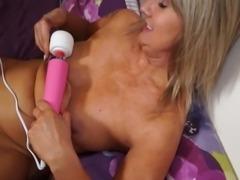 Amateur mature mother bating with hitachi sex toy