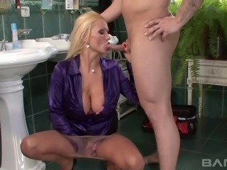 A great threesome with experienced babes spiced up with some pissing