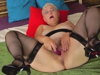 Short hair mature dame showcasing her juicy pussy lovely