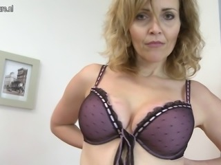 Cougar mother playing with her mature cunt