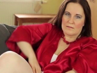 Horny and chubby mature looker likes pleasuring her juicy cunt