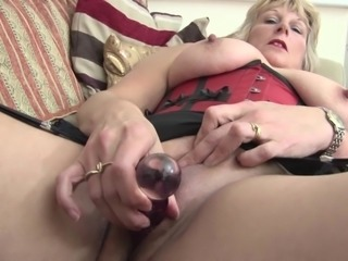 Fat mature slag likes having some kinky masturbation time