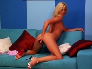 Alluring blonde sex bomb knows how to make her pussy dripping wet