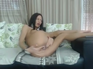 This camgirl knows how to make herself cum by drilling herself with her dildo