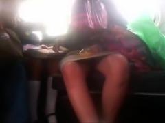 Preciosa elfa colegiala abierta de piernas en la combi