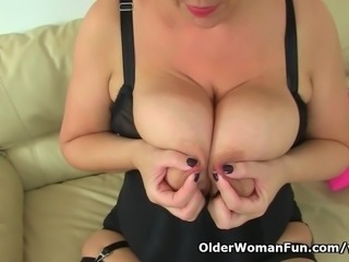 British milf Eva Jayne sucks her own nipples