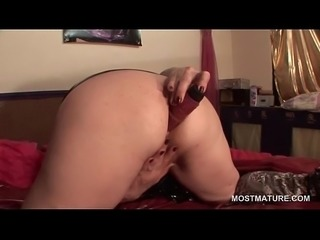 Slutty mature fingering and dildo nailing ass